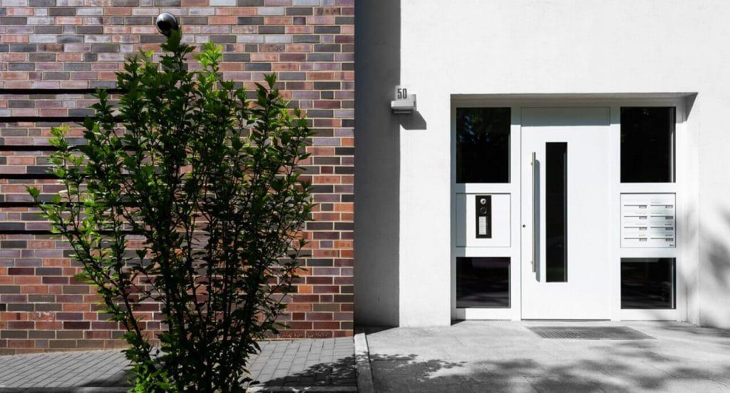 Modernes Mehrfamilienhaus Tür